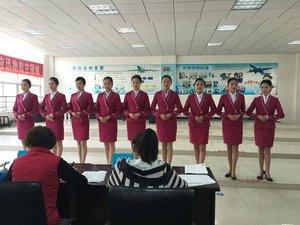 武漢天河機場參加面試學生